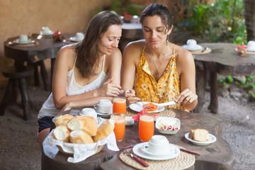 Frauen beim Frühstück im Garten