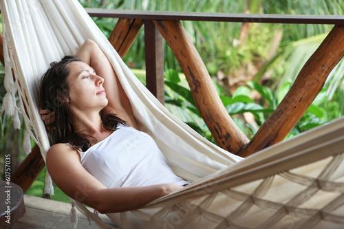 Frau entspannt in einer Hängematte
