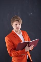 Wściekły młody nauczyciel