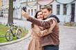 Paar fotografiert sich mit Smartphone