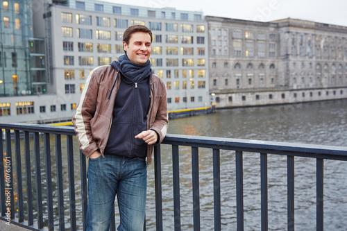 Tourist lehnt an Brücke in Stadt