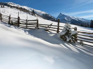 Winterlandschaft mit Holzzaun