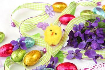 Osternaschwerk mit Veilchen und Küken