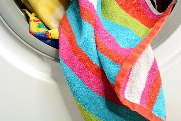 Bunte Wäsche in der Waschmaschine