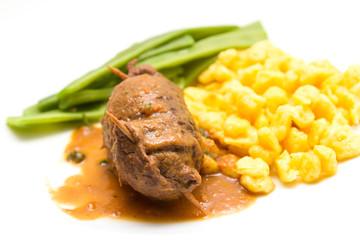 Rouladen mit Spaetzle und Bohnen