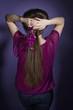 Dunkelhaarige Frau mit Orchidee (Radiant Orchid) - Rückansicht