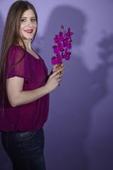 Frau mit lila Orchidee und doppelten Schatten (Radiant Orchid)
