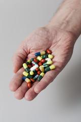 Hand voll mit Medkamenten