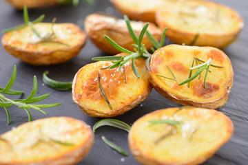 Knusprige Rosmarinkartoffeln auf Schieferplatte