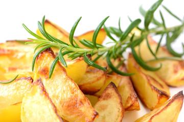 Knusprig gebackene Kartoffelecken mit Rosmarin