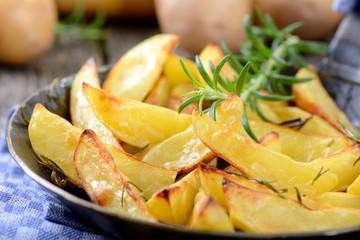 Knusprige Rosmarinkartoffeln in der Servierpfanne