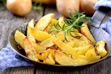 Knusprige Kartoffelspalten in der Servierpfanne