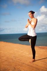 Yogaübung am Meer - Baum