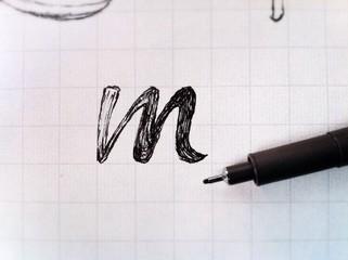 Lettrage en brouillon lettre M