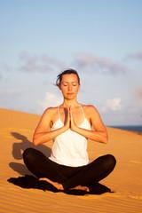 Yogaübung auf Sand