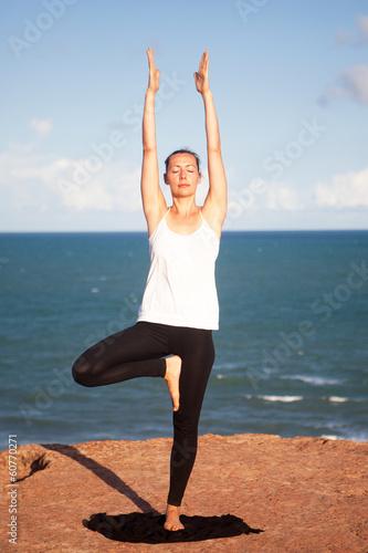 Yogaübung auf Klippe