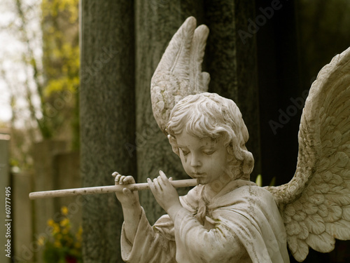 Fotobehang Begraafplaats Angel with flute