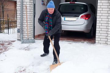mann schneeschaufeln