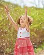 Lachendes Kind fängt Kirschblüten im Frühling
