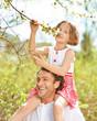 Vater und Tochter gemeinsam im Frühling