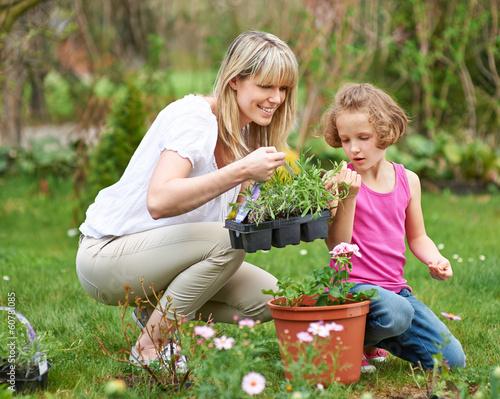 canvas print picture Familie im Frühling macht Gartenarbeit