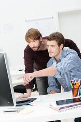 zwei geschäftsleute diskutieren am arbeitsplatz