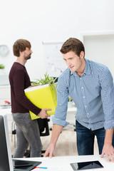 zwei junge unternehmer ziehen ins neues büro