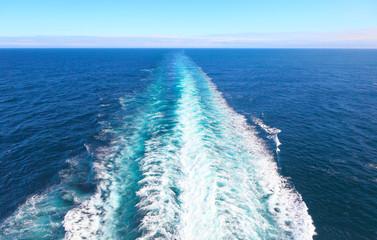 Gischt am Heck eines Schiffes