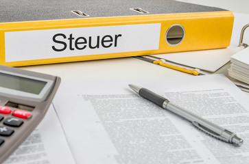 Aktenordner mit der Beschriftung Steuer