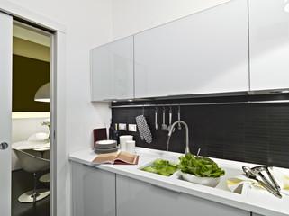 verdure sul piano di lavoro di una cucina moderna