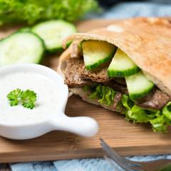 Mit Sojafleisch,Gurke und Salat gefülltes Pitabrot