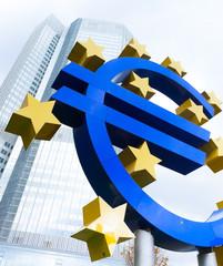 Eurozeichen - Euro und Hochhäuser in Frankfurt