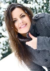 Modell Frau lächelt Winter