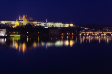 Prag bei Nacht mit Karlsbrücke