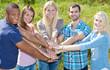 Gruppe Jugendlicher setzen Zeichen für Zusammenhalt