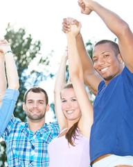 Gruppe jubelnder Jugendlicher