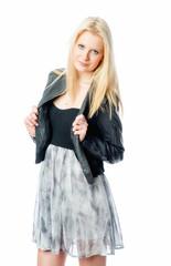 Blondine im Sommerkleid und Lederjacke