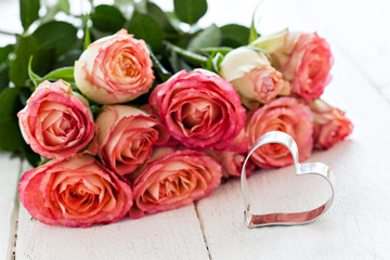 Herzform und Rosen mit Textfreiraum