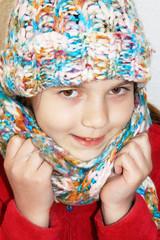 Bambina con cappello e la sciarpa