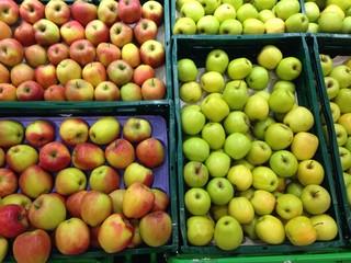 Manzanas maduras en fruteria