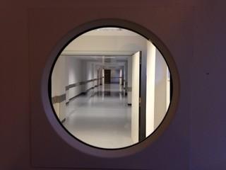 Puerta con cristal en hospital