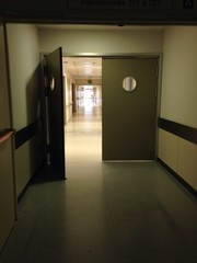 Puertas oscuras interiores de hospital