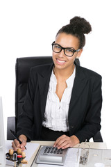 Junge Büroangestellte führt Berechnungen durch