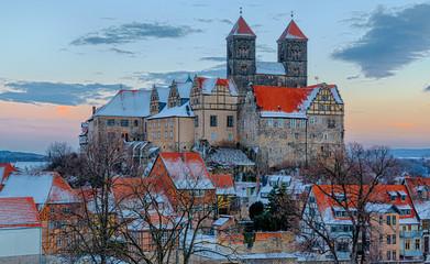 Das Quedlinburger Schloss und Stiftskirche im Winter beim Sonnen