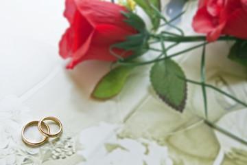 wedding rings with red rose
