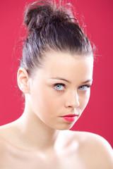 portrait jeune femme sexy aux yeux bleus sur fond rose
