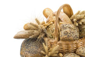 Bodegón con diferentes clases de pan y cerales en una cesta