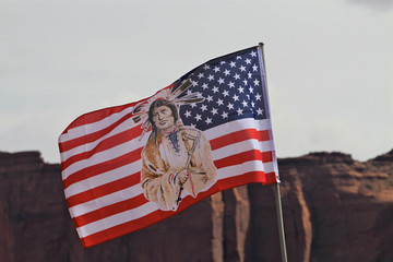 drapeau indien à monument Valley, Arizona