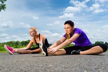 Sport und Fitness - Junge Frauen beim Fitness im Park