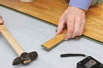 Master works on laying laminate panels